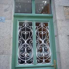 Grille-de-porte-en-ferronnerie-310317